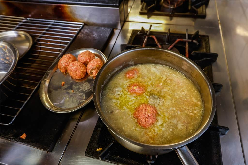Die Klopse werden in seinem Sut aus Weißwein, Hühnerbrühe und verschiedenen Gewürzen gegart.