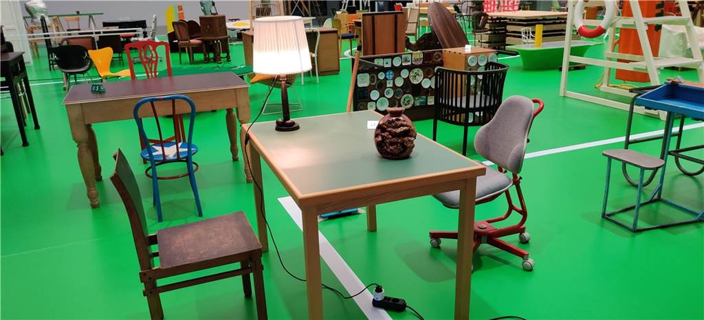 In diesem Fall hat Martin Kippenberger den Schreibtisch des Schriftstellers Robert Musil (