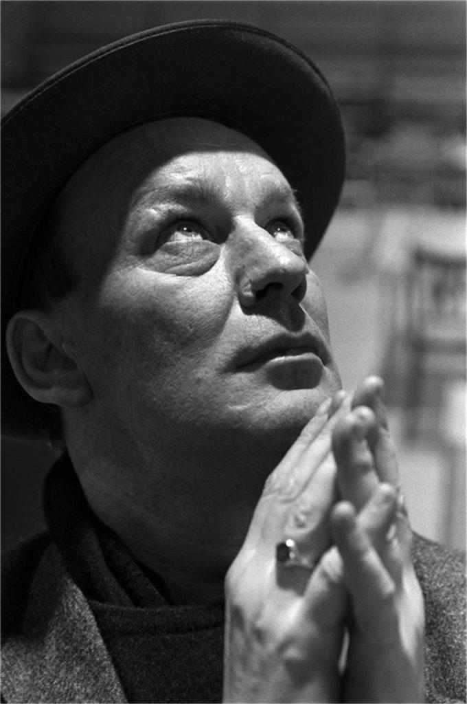 Martin Kippenberger wurde 1953 in Dortmund geboren und starb bereits im Alter von 44 Jahren an Leberkrebs.