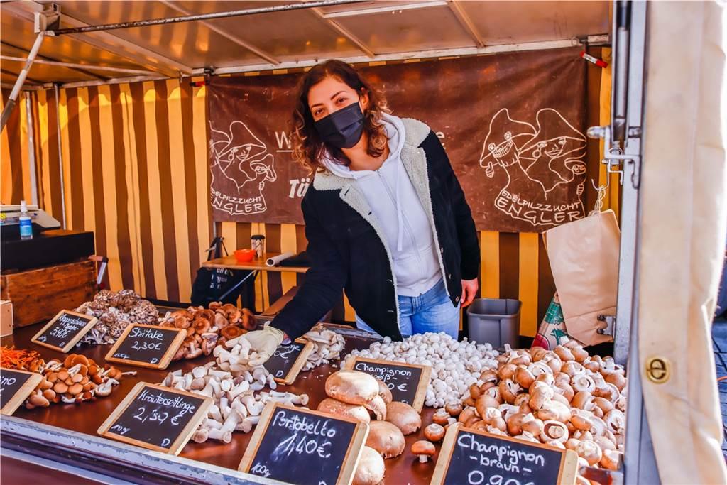Nezahat Resumi bietet an ihrem Stand verschiedene Pilz-Spezialitäten wie Maitake oder auch Klapperschwamm an.