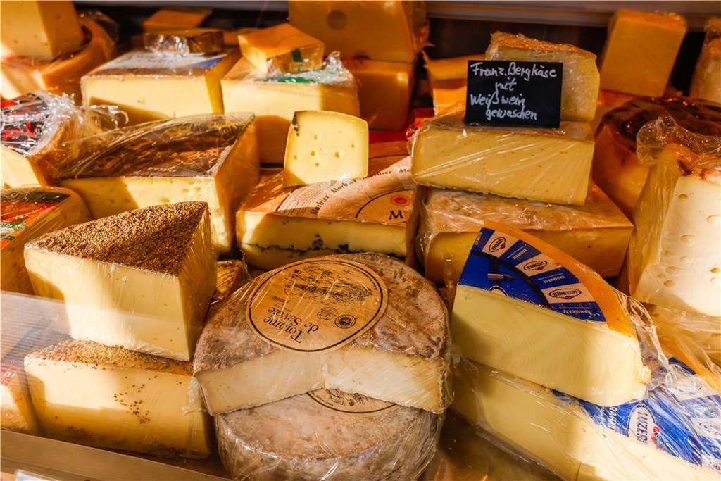 Auch zahlreiche Schnittkäsesorten hat Käse Bährend im Angebot.