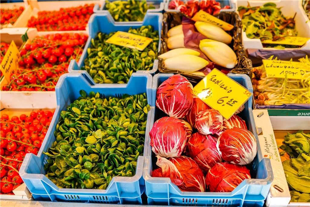 Löwenzahn, frischer Radiccio und Feldsalat: Früchte Schulte bietet eine große Auswahl an Obst und Gemüse...