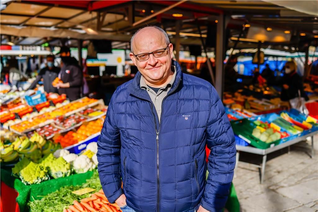 Koch Mario Kalweit machte mit uns einen Rundgang über den Wochenmarkt am Hansaplatz.