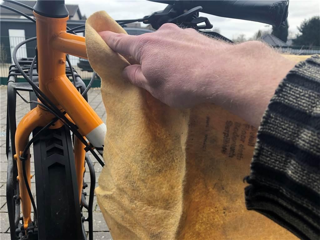 Erst einmal muss der Dreck herunter. Besonders wichtig ist das, falls das Rad auch im Winter vor die Tür gekommen ist und Schnee, Eis und Streusalz abbekommen hat. Gerade das Salz kann den Rahmen aus Aluminium oder Stahl oder auch verzinkte Anbauteile angreifen. Erste sichtbare Folge ist meist Rost. Zur Reinigung reichen in der Regel klares Wasser, etwas Spülmittel und ein Schwamm. Auf gar keinen Fall sollte das Fahrrad mit dem Hochdruckreiniger angegangen werden: Der scharfe Wasserstrahl kann e