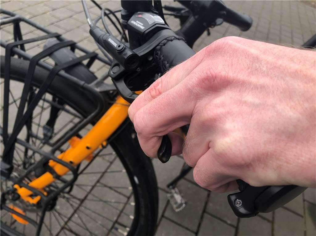 Ein kurzer Bremstest auf dem Garagenhof ist das Eine. Bei einer mechanischen Felgenbremse sind auch die Bremsbeläge schnell zu überprüfen: Nur wenn die Rillen in den Belägen noch zu sehen sind, haben sie noch ausreichend Stärke. Bei hydraulischen Bremsen hilft ein Zug am Bremshebel: Lässt er sich so weit an den Lenker ziehen, dass kein Finger mehr dazwischen passt, wird es Zeit für einen Besuch in der Werkstatt.