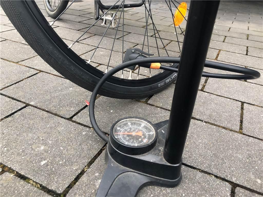 Den korrekten Luftdruck prägen die Reifenhersteller an der Flanke der Reifen ein. Natürlich braucht man eine passende Pumpe für das jeweilige Ventil: Auto-, Blitz- oder Sclaverand-Ventil. Ist der Druck zu niedrig, erhöhen sich der Verschleiß und der Kraftaufwand, um vorwärts zu kommen. Ist er zu hoch, riskiert man Reifenschäden und auch die Fahreigenschaften werden beeinträchtigt.