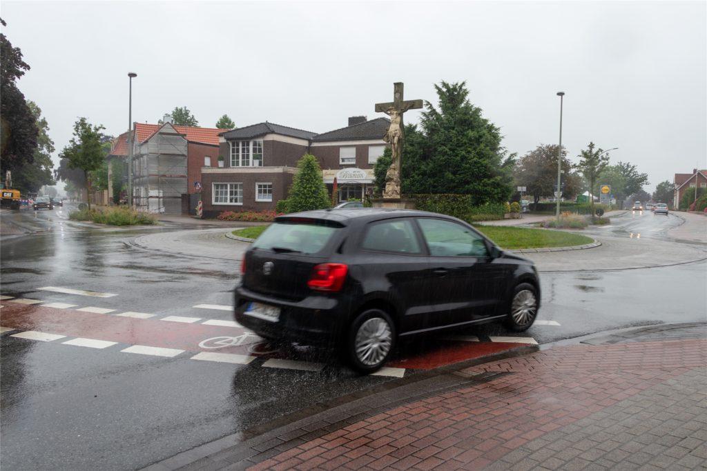 Autofahrer müssen zurzeit die roten Schutzstreifen queren. Dadurch werden Radfahrer häufig übersehen.