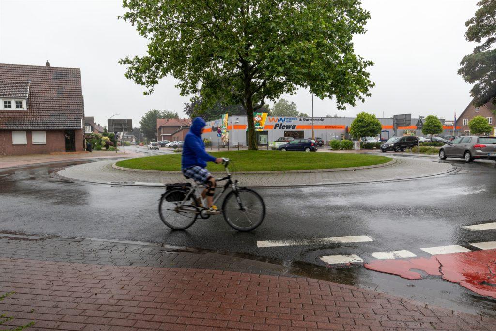 Experten sind sich einig, dass Radfahrer auf der Fahrbahn im Kreisverkehr sicherer sind.