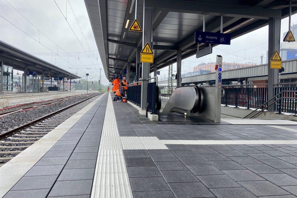Taktile Leitstreifen bieten Sehbehinderten auf dem Bahnsteig Orientierung.
