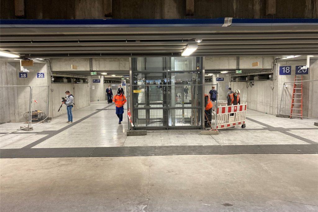 Deutlich verbreitert ist jetzt der Bahnhofstunnel unter den schon modernisierten Bahnsteigen - auch um Platz für die Aufzüge zu schaffen. Der Aufzug zu den Gleisen 18 und 20 geht im August in Betrieb.