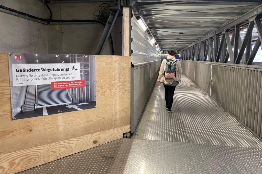 Umwege müssen Passanten zurzeit am Nordeingang des Bahnhofs in Kauf nehmen. Hier entsteht eine neue Treppe mit Rolltreppe und Aufzug.