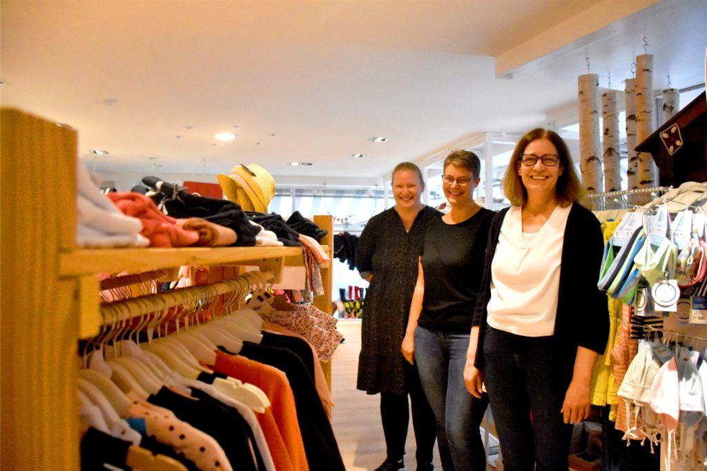 Patricia Lobitz (r.) und ihre beiden Töchter Mercedes Gericks (l.) und Nicole Bezzola betreiben seit Februar 2020 in Stadtlohn das Kindermodengeschäft