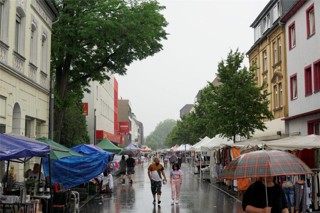 Am Nachmittag bummelten aufgrund des Wetters nur noch wenige Besucher auf der Langen Straße.