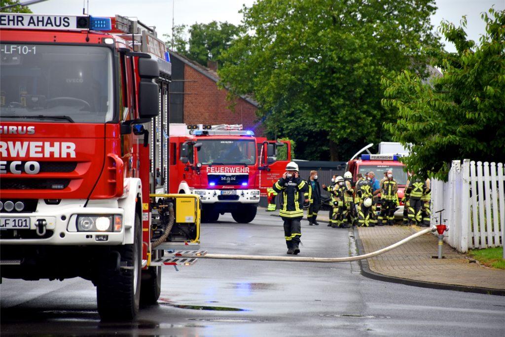 Die Feuerwehr war mit einem massiven Kräften vor Ort: Die Feuer- und Rettungswache, der Löschzug Ahaus und als Reserve der Löschzug Wüllen waren ausgerückt. Die Flammen waren aber schnell unter Kontrolle.
