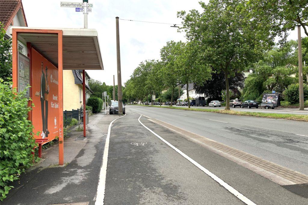 Auch hier an der Ardeystraße führt der Radweg unmittelbar an der Bushaltestelle vorbei.