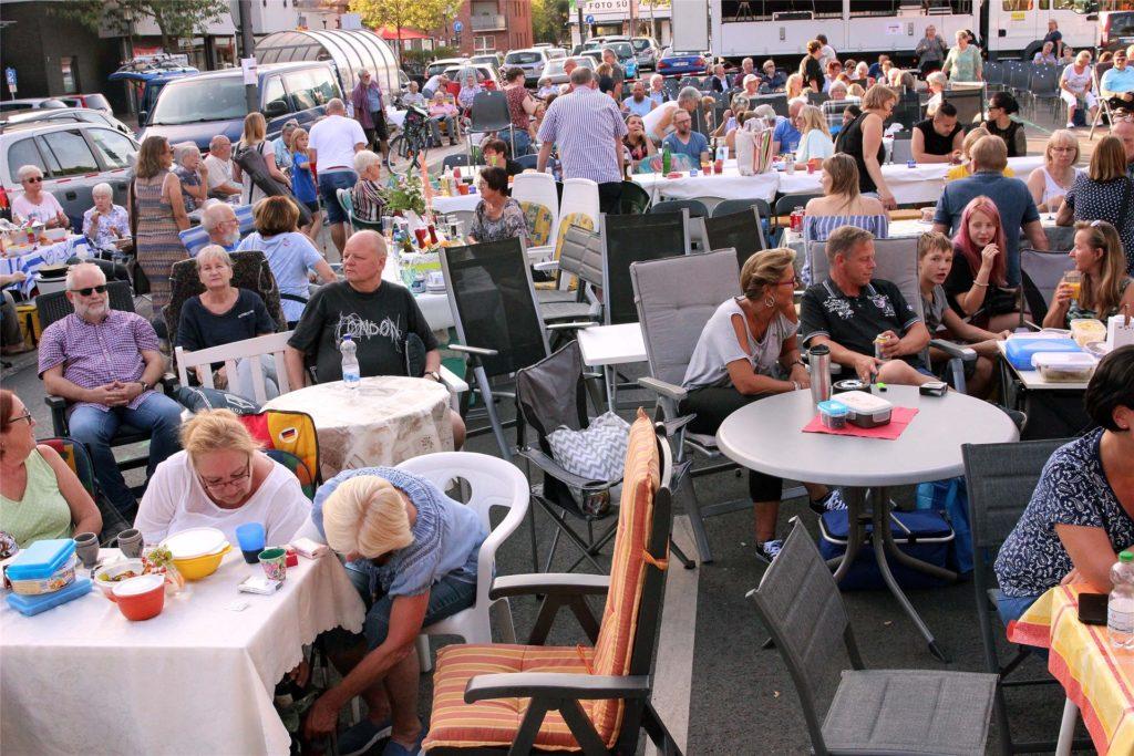 """Eigene Tischdecken und Stühle: Bereits im letzten Jahr lautete das Motto des Bürgerpicknicks """"Mitmachen!"""""""