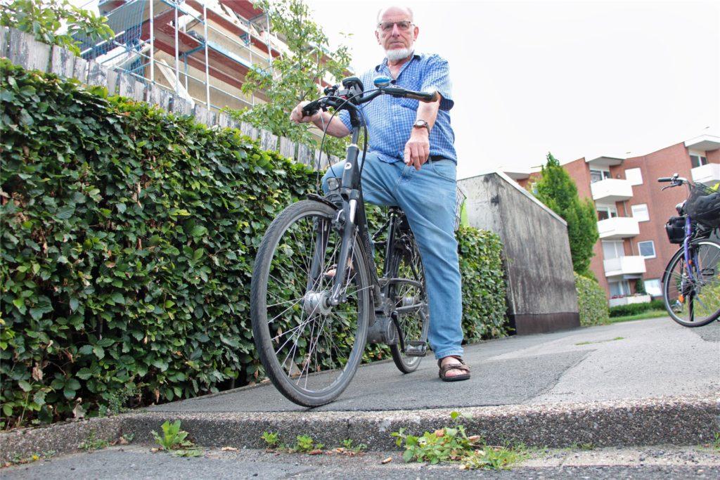 Winfried Hoch wünscht sich eine Bordsteinabsenkung an dem kleinen Verbindungsstück zwischen Schürenkamp und Tenhagenstraße.