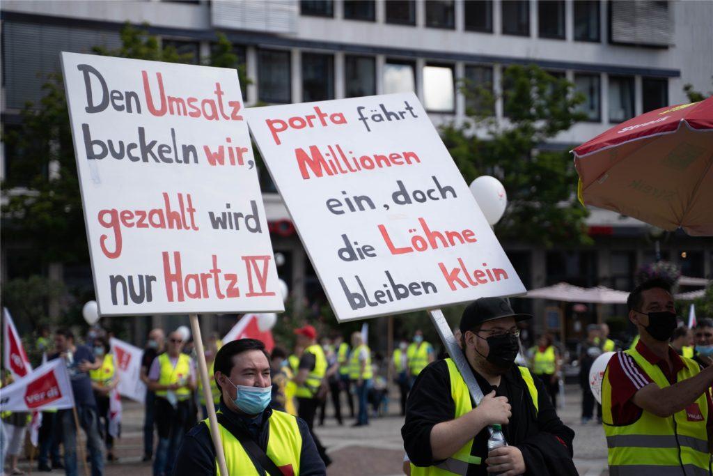 Die Verdi-Streikenden sind frustriert, weil sie sich unfair bezahlt fühlen, während ihre Chefs weiterhin hohe Gehälter beziehen.