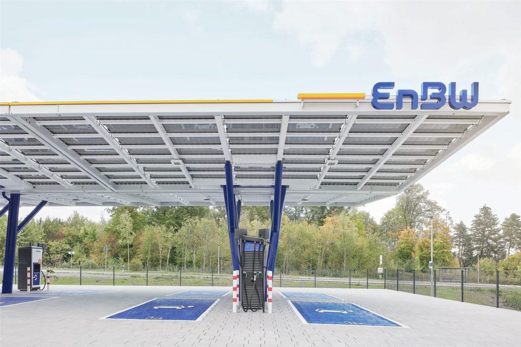 Unmittelbar an der A8 in Höhe des Leonberger Kreuz hat die EnBW einen neuen Ladepark eröffnet, der Vorbild für das Kamener Projekt ist.