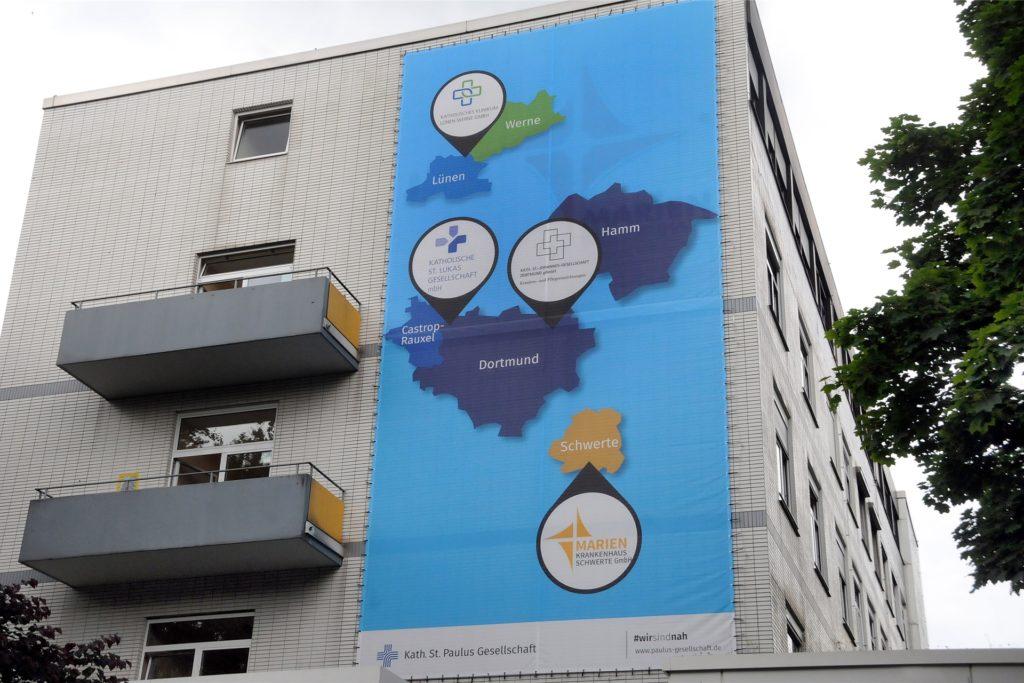 """Für den Zusammenschluss katholischer Kliniken im Raum Dortmund wirbt ein überdimensionales Transparent an der Fassade des Marienkrankenhauses Goethestraße. Diese aktuelle Konzentration war allerdings nicht der Anlass für die Mahnwache der Volksinitiative """"Gesunde Krankenhäuser"""
