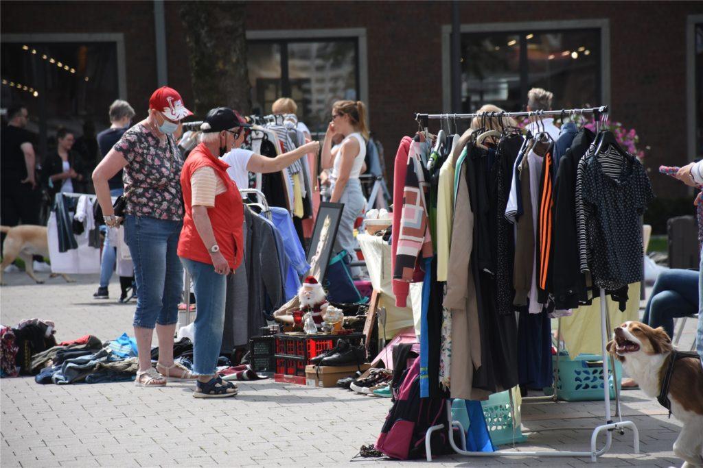 Die Stände des Frauenflohmarktes hatten die Verkäuferinnen auf dem Rathausplatz aufgebaut.