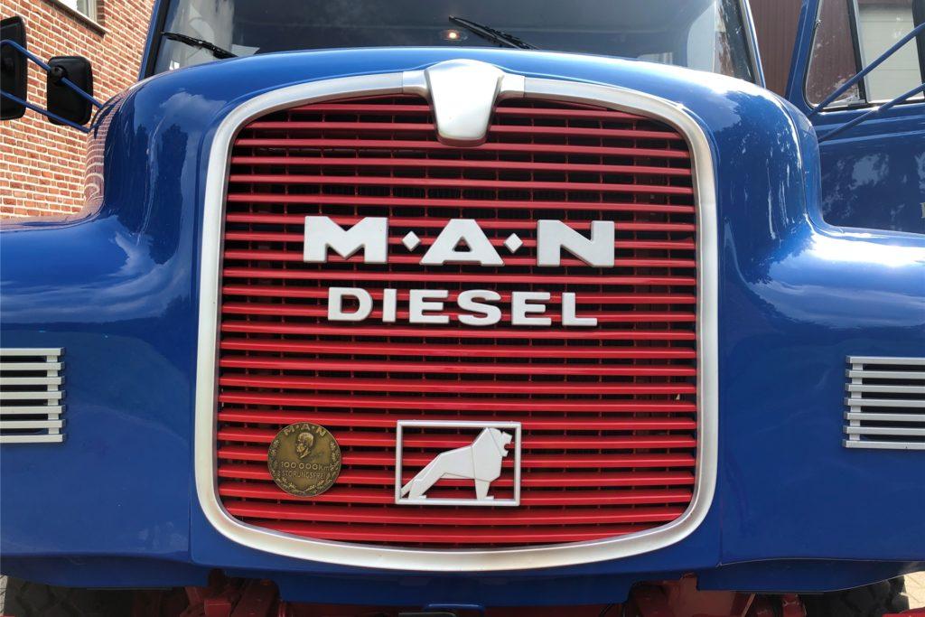 Ein 168-PS-starker Dieselmotor verbirgt sich unter der Haube des MAN 13.168 HA.