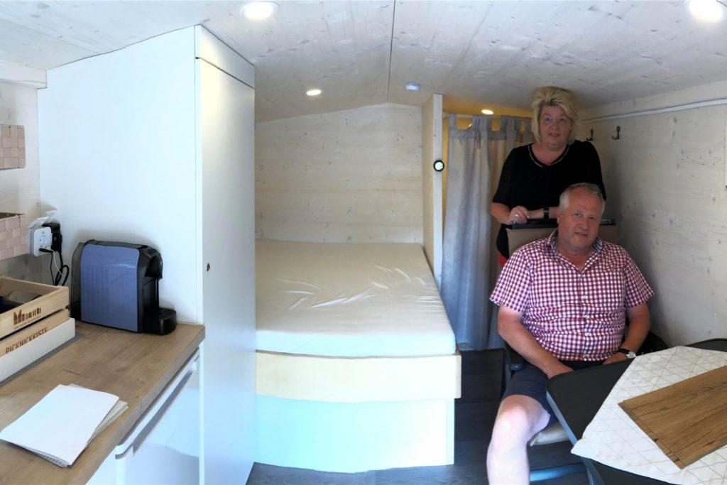 Der Wohncontainer auf der Pritsche bietet Burkhard und Brigitte Könning eine komfortable Übernachtungsmöglichkeit.