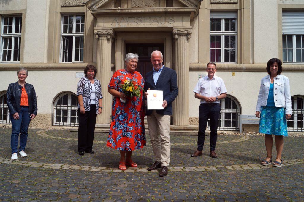 Michael Reckers (M.) mit seiner Frau Lisa wurde auch von der Stadtverwaltung in den Ruhestand verabschiedet. Alles Gute wünschten Personalrätin Brigitte Althoff-Rörig (v.l.), Beigeordnete Sylvia Engemann, Bürgermeister Thomas Orlowski und Personaldezernentin Jutta Röttger.