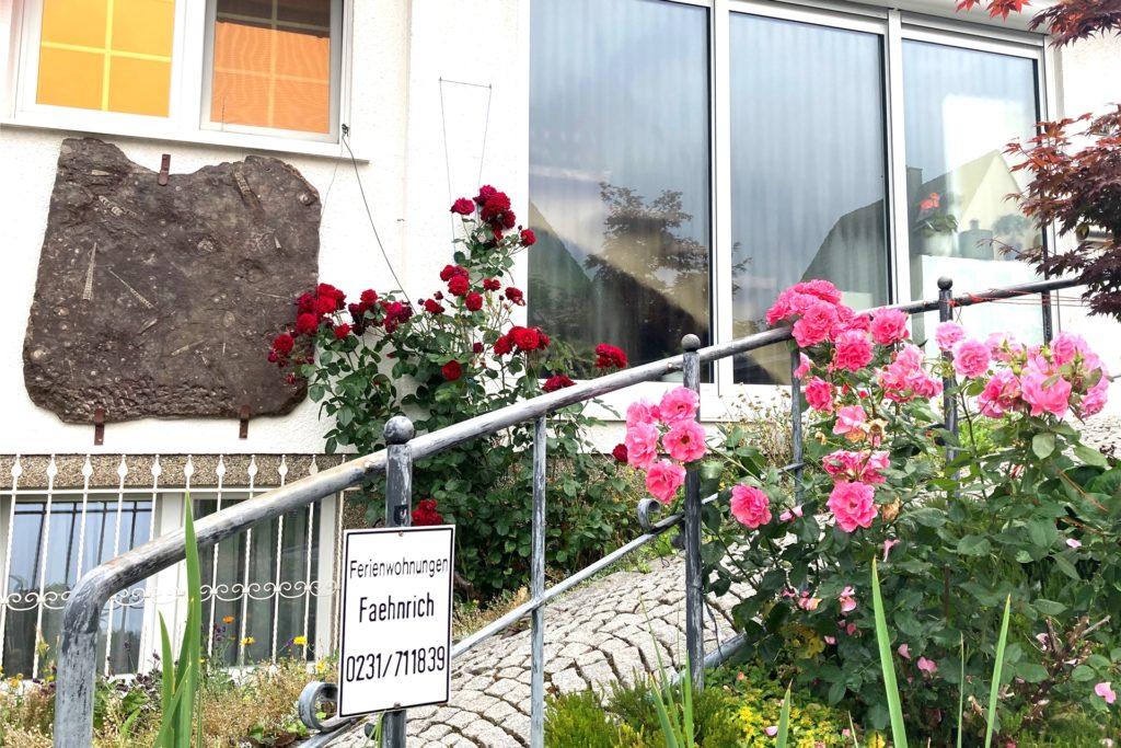 Im Vorgarten steht ein kleines Hinweisschild auf die Wohnungen, die laut Faehnrich auf viel Interesse stoßen.