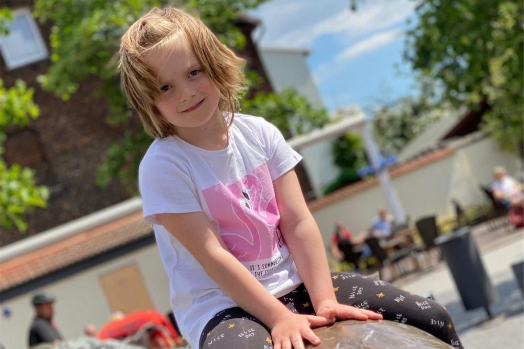 Die siebenjährige Liah-Mara ist am HLH-Syndrom erkrankt und sucht einen Stammzellen-Spender.
