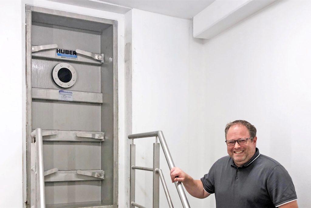 Bitte nicht öffnen: Wassermeister Markus Hörbelt an der Drucktür, hinter der 1,5 Millionen Liter Trinkwasser für Stadtlohn gespeichert werden.