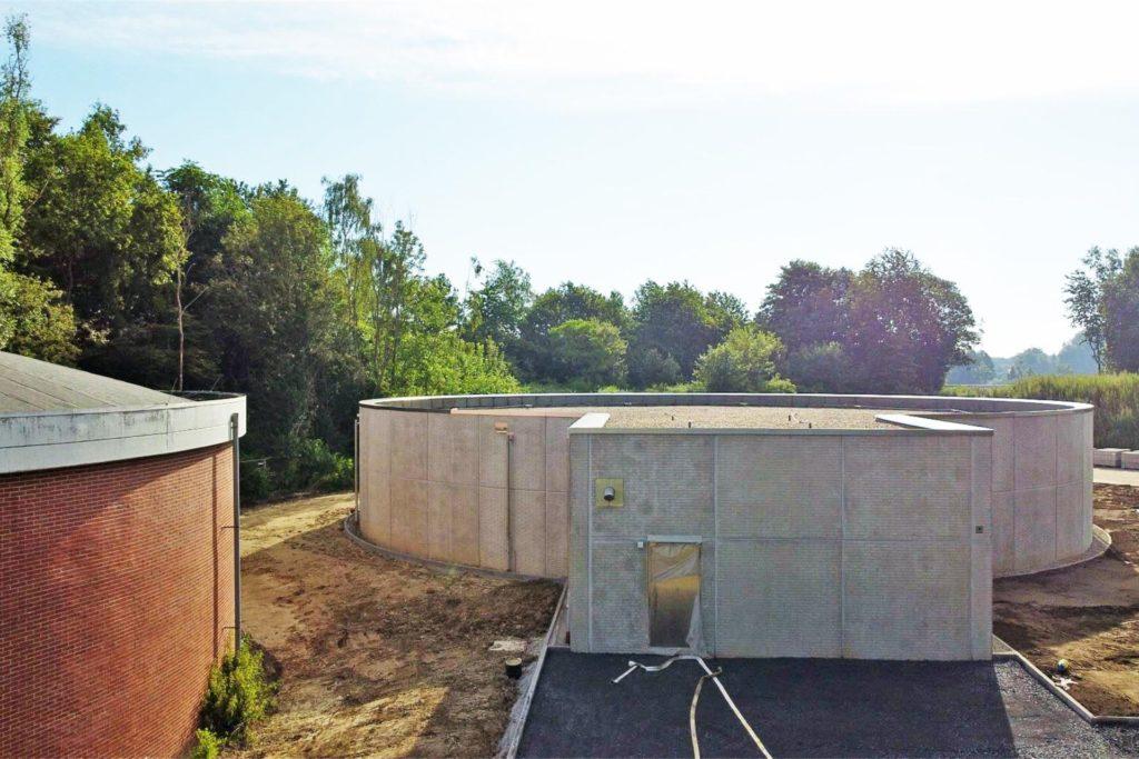 Der neue Trinkwasserspeicher in Hundewick. Links ist der alte Speicher zu sehen, der genauso wie der neue Speicher 3000 Kubikmeter Wasser fasst.