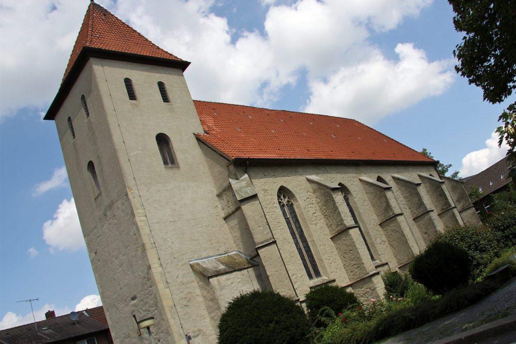 Als die Friedenskirche noch die alte Dorfkirche war, errichtete die Zimmerei Rohde einen gotischen Turmhelm auf dem Gebäude.