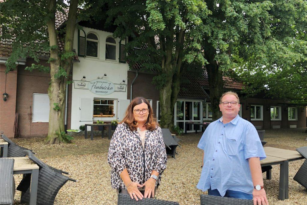 Es wird wieder heiter: In den Biergarten des Hundewicker Bahnhofs kehrt ab Freitag das gastronomische Leben zurück. Darauf freuen sich Stefanie Folgner von der Eigentümergemeinschaft und Koch Udo Schlüter.