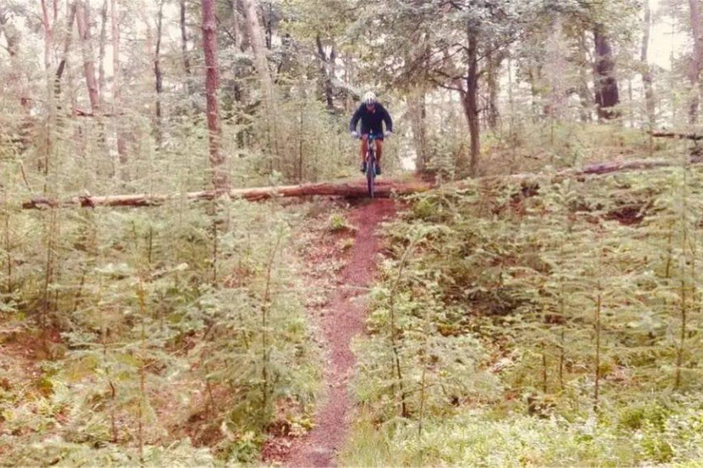 Wenn Thomas Loick unterwegs ist, geht es auch mal mit dem Mountain-Bike auf Trails in den Wald.