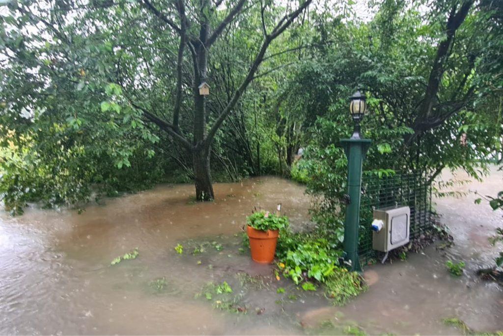 Auf einem landwirtschaftlichen Betrieb an der Selmer Landstraße lief der Keller randvoll und stand das Wasser hoch auf einem Feld.