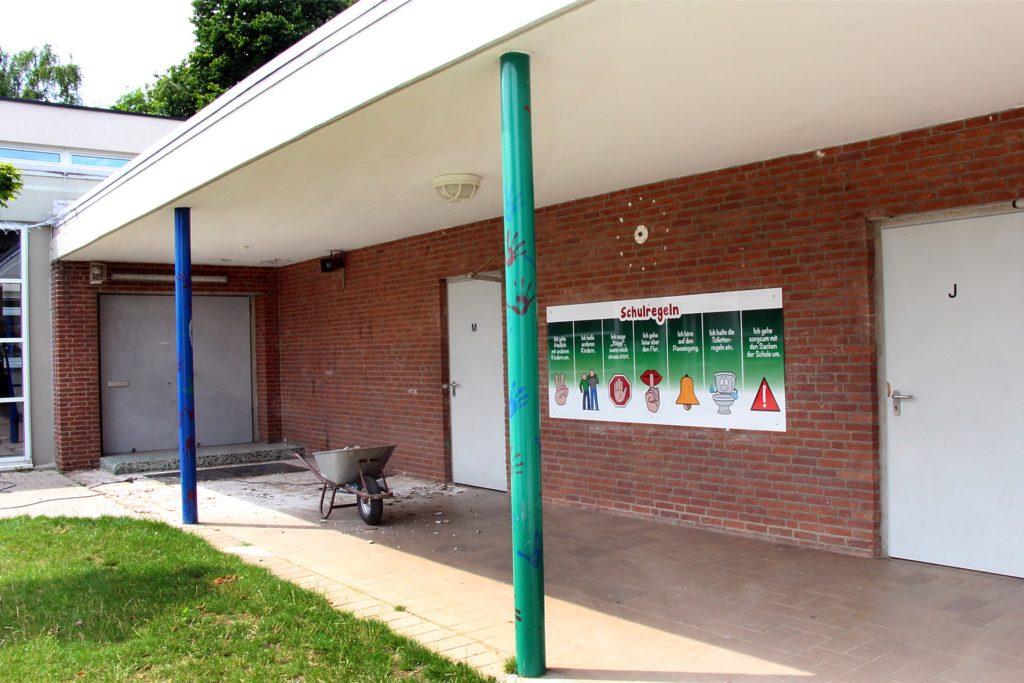 An der Silverbergschule wird der Zugang zu den Toiletten verglast.