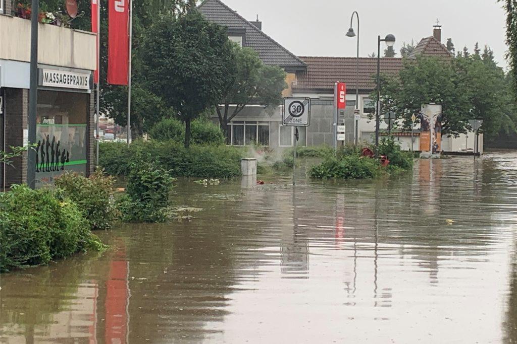 Die Innenstadt von Eschweiler bei Aachen stand am Donnerstag noch komplett unter Wasser.
