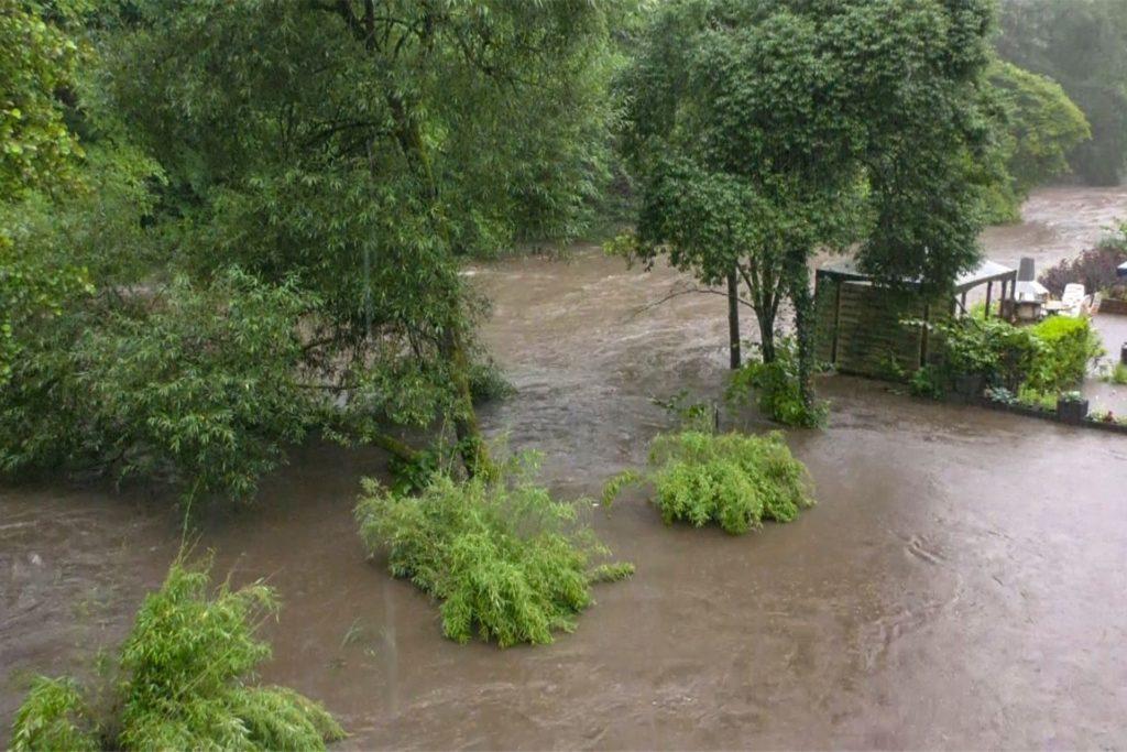 Ein Gewässer ist in Solingen über die Ufer getreten.