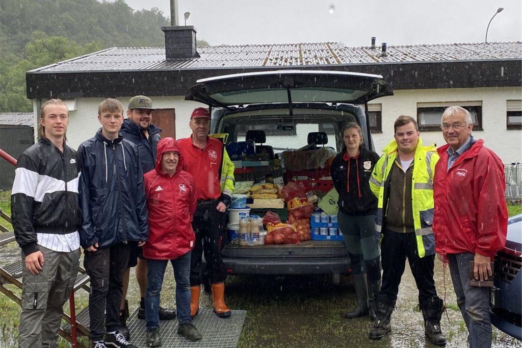 Da das DJK-Ferienlager in Hönningen abgebrochen wurde, blieben viele Lebensmittel über. Die spendete das Abbauteam am Mittwoch vor Ort dem wohltätigen Verein