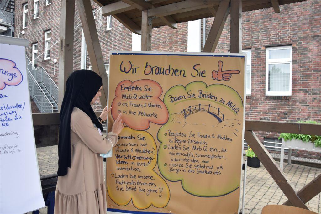 Teamleiterin Amal Douidi-Abusheikha informiert bei der Auftaktveranstaltung darüber, wie Akteure aus dem Stadtbezirk das Projekt unterstützen können.