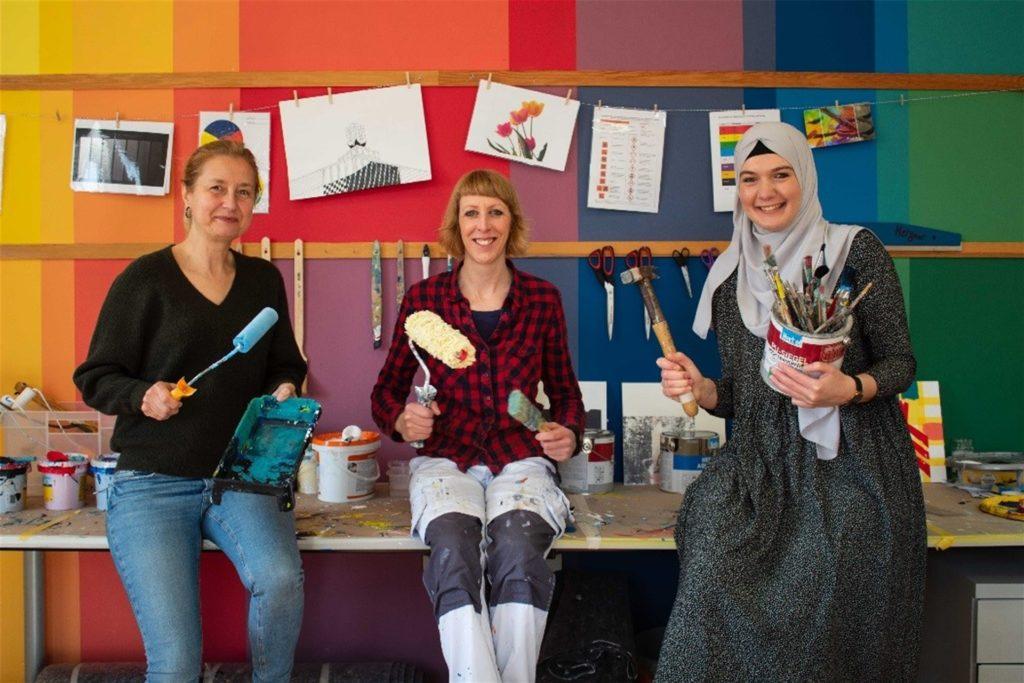 Pädagogin Meike Findeisen-Lang, Malerin Jasmin Melzner und Teamleiterin Amal Douidi-Abusheikha freuen sich auf die kommenden Projekte mit den Frauen.