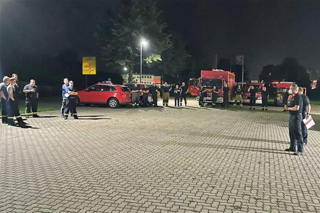 Am Mittwochabend wurden die Einsatzkräfte für die überörtliche Hilfe in Raesfeld zusammengezogen. Von dort rückte sie in Richtung Rheinland aus.