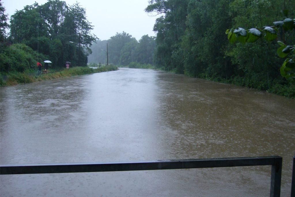 Meterbreit strömte das Wasser über Straße und Wiese.