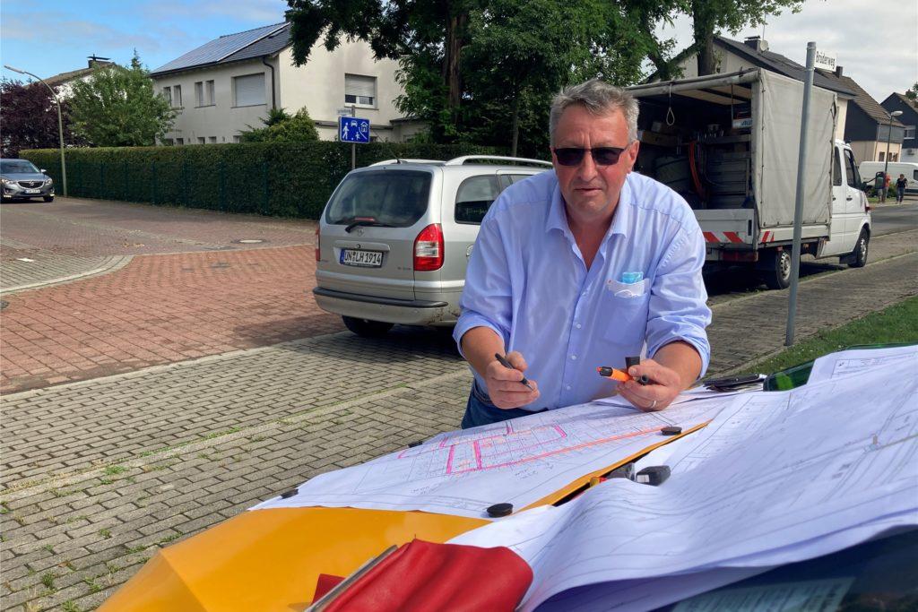 Michael Wittenbrede von den Stadtwerken koordinert an der Brüderstraße die Einsätze seiner Kollegen, die die zerstörte Stromversorgung reparieren und ersetzen.