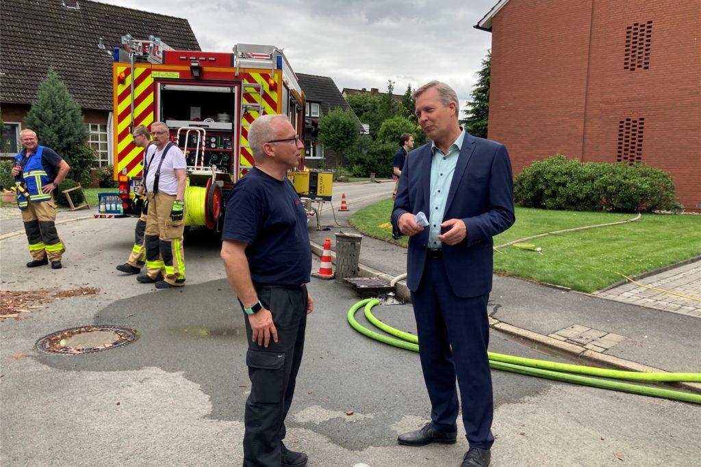 Während die Feuerwehr am Donnerstagmittag immer noch Keller auspumpt, macht sich Bürgermeister Jürgen Kleine-Frauns ein Bild von der Lage in der Finkenstraße.