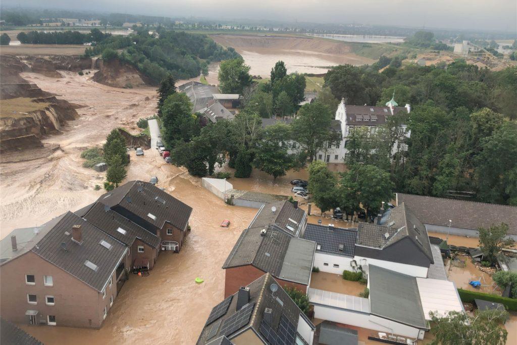 In Erftstadt-Blessem sind einige Häuser eingestürzt.
