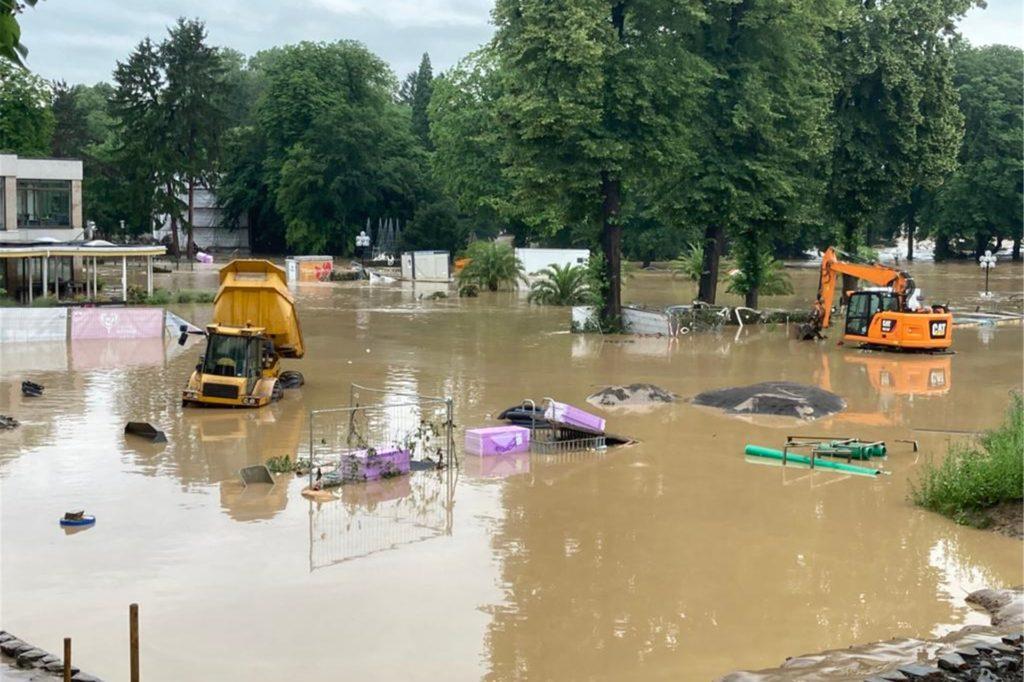Der Kurpark in Bad Neuenahr ist von ölig-schlammigen Fluten überschwemmt.
