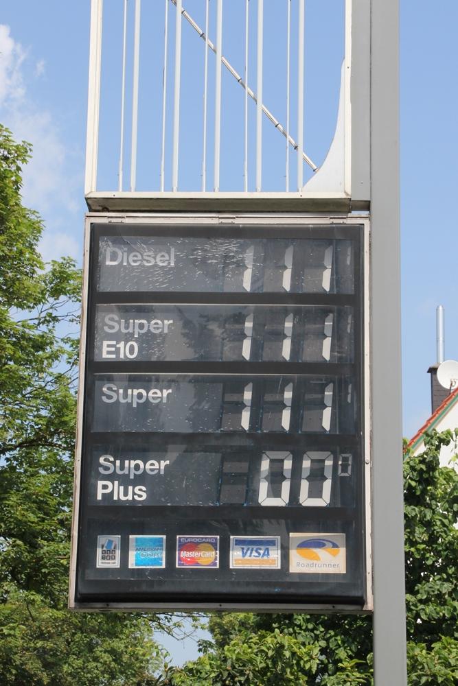 Die Preistafel der still gelegten Tankstelle an der Ecke Waltroper-/Heinrichstraße in Brambauer hat auch schon bessere Zeiten gesehen.