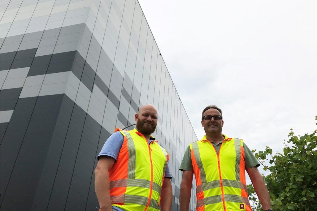 Tim Bonner (l.) und Christof Sicking von Bewital freuen sich, dass der Betrieb im Hochregallager Anfang August starten kann.